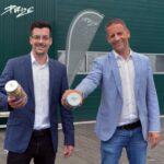 Roberto Hunger und Adrian Klett von PURIZE® halten Schraubverschlussgläser mit XTRA-slim Aktivkohlefiltern