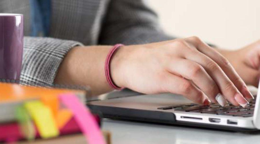 Laptop, Kafee, Tasse, Lernen, Studieren, Recherche, Tippen, Tastatur, Bücher, Unterlagen, Kursangebot, Online Kurse